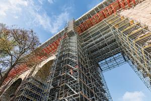 Eine Gerüstlösung aus kombinierbaren Peri-Baukastensystemen ermöglicht die sichere Ausführung der Sanierungsarbeiten am 180 Meter langen, 40 Meter hohen und 167 Jahre alten Eisenbahn-viadukt Heiligenborn bei Waldheim.