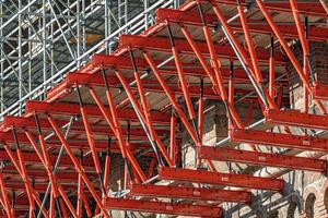 Jeweils drei 15 Meter lange Variokit-Fachwerke bilden das temporäre Tragwerk innerhalb eines Brückenbogens. Bei 32 Bögen sind auf 173 Meter Länge insgesamt 96 solcher Fachwerke montiert.