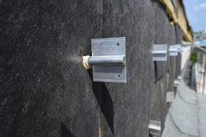 Nachdem die Wärmedämmung einfach über die Anker gedrückt ist, werden die Flügeladapter aufgedreht. Daran werden anschließend das Tragprofil und die Fassadenbekleidung befestigt.