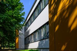 Die Fassade ist mit einem VHF-System energetisch ertüchtigt. Mit Veco-Isolink konnte eine rechnerisch wärmebrückenfreie Lösung realisiert werden.