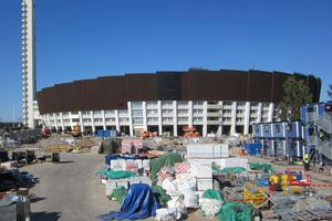 Olympiastadion Helsinki mit Baustellenlager vor der denkmalgeschützten und renovierten Fassade.