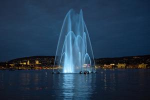 Die Beleuchtung wird als viertes Element, wie die drei Etagen der Wasserbögen, durch Signale des Schweizerischen Erdbebendienstes moduliert.