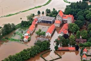 In Folge des Starkregenereignisses am 26. Juli 2017 in Hildesheim überflutete die Beuster die Domäne Marienburg sowie das umliegende Gelände.