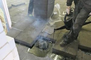 Nach Aufbringen der ersten Abdichtungsebene wurde die Schaumglas-Dämmung in Heißbitumen verlegt.