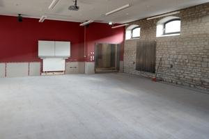 Ende 2017 begannen die ersten Vorarbeiten für den neuen Bodenbelag. Zunächst musste der Betonboden mittels Kugelstrahlen mechanisch bearbeitet und mit einem Reaktionsharz versehen werden.