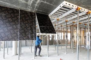 Die 2,00 m x 1,00 m großen Skymax Alu-Paneele können mit der Schalhilfe sicher und einfach von unten ein- und ausgeschalt werden.