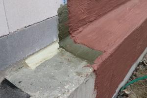 Der Übergang der Bodenplatte zur aufgehenden Wand muss zuverlässig dicht sein. Nach DIN 18533 ist eine Dichtkehle mit wasserdichtem Mörtel auszubilden. Auch ein Schutz vor rückseitiger Durchfeuchtung der PMBC ist häufig empfehlenswert.