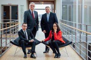Die Geschäftsführung des Zeppelin Konzerns: Christian Dummler (sitzend), Peter Gerstmann, Michael Heidemann, Alexandra Mebus (von links nach rechts).