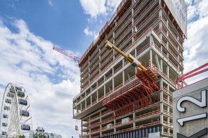 Nach Erreichen der Eigentragfähigkeit des Gebäudes wurden die etwa 5 t schweren Variokit-Fachwerkeinheiten mit einer speziellen Umsetztraverse ausgefahren.<br />