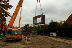 Die Fertigteile mit einem Einzelgewicht von bis zu 50 Tonnen wurden per Autokran einzeln in die Baugrube gesetzt.