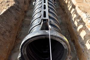 ACO Qmax zur Entwässerung von großen versiegelten Flächen bis Klasse F 900. Die 3-in-1-Lösung: Entwässerung, Retention und Regenwasserkanal in einem Bauteil.