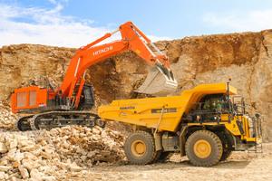 Das gesamte Sprengmaterial, das in den beiden Kalksteinbrüchen anfällt, muss von den beiden Hitachi ZX690 in Muldendumper verladen werden.