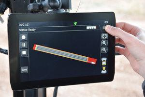 Über den Touchscreen-Monitor bildet der Bediener die Grenzen des zu verdichtenden Bereichs ab.