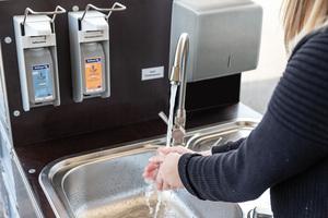 Die Waschstationen sind mit integrierten Waschbecken, Universalspendern für Seife, Desinfektionsmittel und Trockentücher, Müllvorrichtungen sowie Lagerboxen ausgestattet.