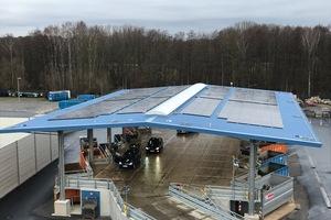 Die Überdachung wurde mit einer Photovoltaikanlage ausgestattet, die zusammen mit Batteriespeichern dazu dient, Strom sowohl für den Betrieb der Anlage als auch für verschiedene elektrisch betriebene Fahrzeuge zu produzieren.
