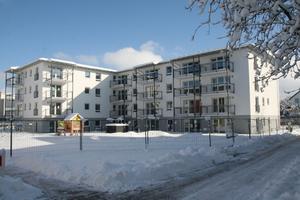 Im Erdgeschoss eines der drei neuen Gebäude ist ein Kindergarten untergebracht. Während im Winter eine Schneedecke die Außenanlagen bedeckt, bietet die großzügige Grünfläche im Sommer Platz zum Toben.