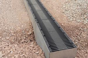 Die Regenwasserbehandlungsanlage besteht aus einer ständig einsehbaren und leicht zu öffnen Linienentwässerung von 288 m Länge. Es können 20 m² vollversiegelte Fläche an einen Laufmeter Rinne angeschlossen werden.