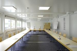 Der großzügige Besprechungsraum in der Containeranlage ist hell und gut klimatisiert.