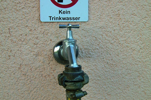 Kennzeichnung gemäß Trinkwasserverordnung und DIN 1989, um eine Verwechslung von Trinkwasser und Betriebs-wasser zu vermeiden.