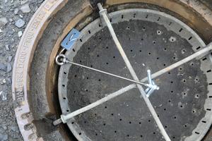 Die Köderstation Typ 2 wird mit einem Zuganker an der Leiter bzw. in den Schmutzfänger eingehängt.