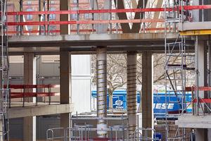 Für eine sichere Herstellung der V-Stützen wurden diese im Bereich des Erdgeschosses sowie im ersten Obergeschoss mit Betonhilfsstützen und sogenannten Kapselpressen temporär unterstützt, um die Lasten während der Bauphase abzutragen.