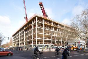 Für die bautechnische Umsetzung dieser Neuinterpretation der traditionellen Berliner Gewerbehöfe vertraute die mit der Erstellung des Rohbaus beauftragte Adolf Lupp GmbH + Co KG, Niederlassung Berlin, auf Systemlösungen aus dem Schalungsbaukasten der Ulma Construction GmbH.