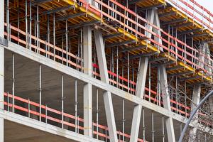 Für eine statisch sichere Konstruktion der Gebäudeseite an der Prinzenstraße wurden vom zweiten bis zum fünften Obergeschoss Beton-V-Stützen hergestellt, die mit Fertigstellung des Tragwerks ein Betonfachwerk ausbilden.