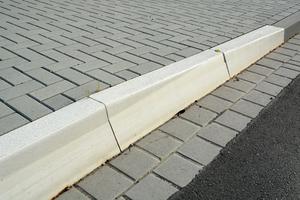 Der zweistufige Niederflur-Busbordstein Nilflux 20 im Format 18 x 36 Zentimeter verfügt über eine zurückgesetzte Bordkante und ermöglicht ein noch schonenderes Herantasten des Reifens an die Busbucht.