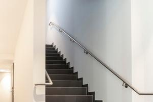Für die akustische Entkopplung des Treppenlaufs an der Bodenplatte sorgt die Tronsole Typ B.