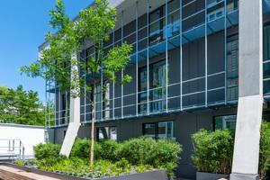 Die dreigeschossige Erweiterung des Mercure Hotels München wurde auf der Tiefgarage des Hotels erreichtet – das wirkte sich entscheidend auf die Architektur, die Konstruktion und letztendlich auch den Schallschutz aus.