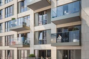 Von Nahem werden Details und gewebt wirkende Muster ersichtlich. Vertikale oder horizontale Linien geben den Verlauf der Säulen und Zwischendecken im Innenbereich nach außen hin wieder.<br />