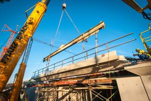 Der Einbau des Brückenüberbau-Fertigteils steht kurz vor dem Abschluss.<br />