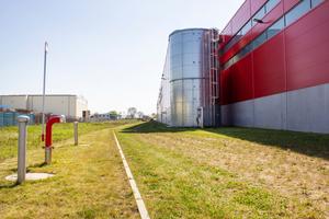 Die zwei Löschwasseranlagen des Werks bestehen aus Carat XXL Löschwasserbehälter mit einem Gesamtvolumen von 208.000 Liter. Die Feuerwehrzufahrt wurde aus Schotterrasen erstellt, damit bei Regen das Wasser bestmöglich versickern kann.