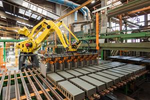 Industrieroboter in der Fertigung: Zum Forschungsspektrum des IZF gehört die Entwicklung ressourcensparender Verfahren und Technologien.