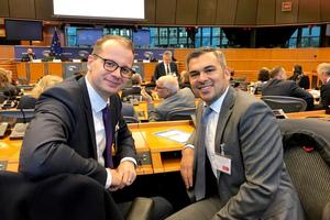 Hauptgeschäftsführer Dr. Matthias Frederichs (links) und der Vorstandsvorsitzende des IZF e. V., Murray Rattana-Ngam, hier im EU-Parlament in Brüssel anlässlich des 25. Jahrestags des European Parliament Ceramics Forum.