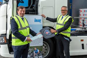 Knauf Gruppengeschäftsführer Christoph Dorn übernahm am 30. Juni den symbolischen Schlüssel für den Plug-in-Hybrid Lkw aus den Händen von Stefan N. Ziegert, Product Manager Alternative Transportlösungen bei der Scania Deutschland GmbH.