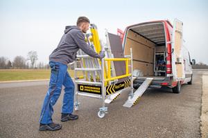 Aus wenigen Einzelteilen des FlexxTowers kann werkzeuglos ein Transportwagen gebaut werden. So lässt sich das Ein-Personen-Gerüst auch in vielen Nutzfahrzeugen transportieren.