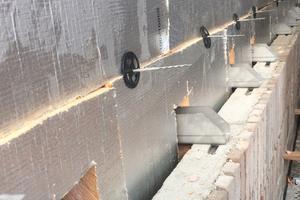 Die Platten wurden dicht gestoßen an der Fassade zwischen den Luftschichtankern angebracht.