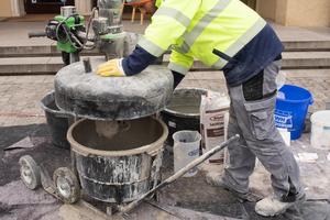 Direkt an der Baustelle mischen die Mitarbeiter des Betonsanierbetriebs Blessing den Reparaturmörtel Mortar Mix an.