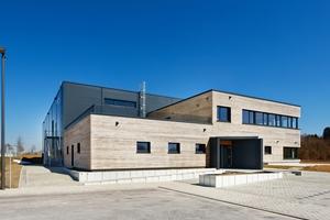 Bei der Fassadenbekleidung wurden zwei unterschiedliche Materialien gewählt. Die Halle verfügt über isolierte Sandwichpaneele. Beim Sozialtrakt hingegen wurden Holzelemente vorgesetzt.