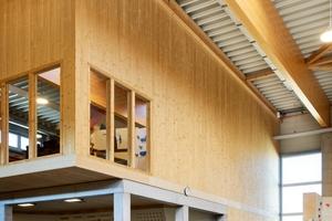 Sämtliche Bau- und Fassadenelemente wurden im Werk gefertigt. Auch das verarbeitete Material stammt aus umliegenden Regionen.