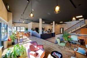 Ein Café lädt in den Pausenzeiten zum Verweilen ein. Besonders in diesem Bereich wird der hohe Anspruch an die Optik und das Gestaltungskonzept deutlich.