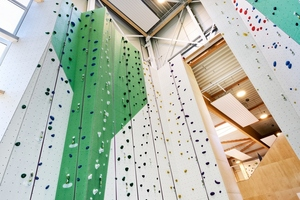 Besondere Herausforderung: Kletterer können sich an dem 16 Meter hohen Turm beweisen.