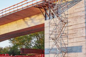 Sicher, wirtschaftlich und komfortabel: der Allround-Modultreppenturm von Layher. Allround Modultreppentürme lassen sich am Boden vormontieren und per Kran zusammensetzen. Dies sorgt für eine schnelle Montage und minimiert Absturzgefahren bei Auf- und Abbau.