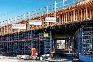 Im Gegensatz zu projektbezogen gefertigten Sonderkonstruktionen sind mit temporären Lösungen aus dem Allround-Gerüst sichere und zugleich wirtschaftliche Lösungen rund um die Baustelle möglich.