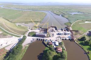 Das Schöpfwerk (links) wurde nach dem Neubau der zwei Siele Ost und West (rechts) umgebaut. Abschließend erfolgt dann die Deicherhöhung.