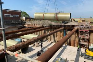 Bei dem Einbau der Flowtite Kanalrohre wurden diese zwischen den Rohrsteifen hindurchgefädelt.