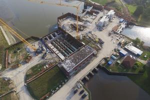 Die vier neuen Auslaufleitungen bestehend aus den Flowtite Kanalrohren werden hinter dem Pumpengebäude verlegt und zur Auftriebssicherung abschließend jeweils mit Beton ummantelt.