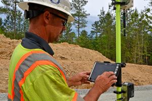 Clay Armstrong bestätigt Datenpunkte auf dem am Field Rover Lotstab befes-tigten tragbaren Tablet des AutoPilot 2.0 von Wirtgen.