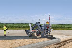 Beim Wirtgen AutoPilot 2.0 misst der Field Rover die virtuellen Leitdraht-Stützpunkte. Aus allen gemessenen Punkten errechnet die Software die optimale Verlaufslinie für den Betoneinbau.